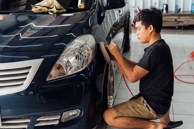 Reinigen van de auto (auto detaillering) in car care shop Premium Foto