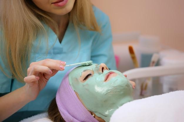 Reinigend gezichtsmasker met hyaluronzuur. Premium Foto