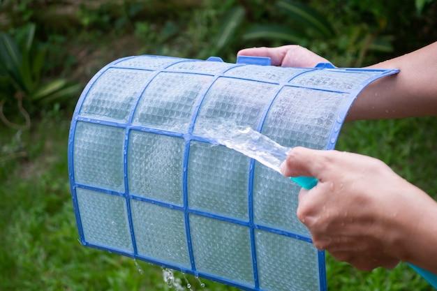 Reiniging airconditioner vuil filter Premium Foto