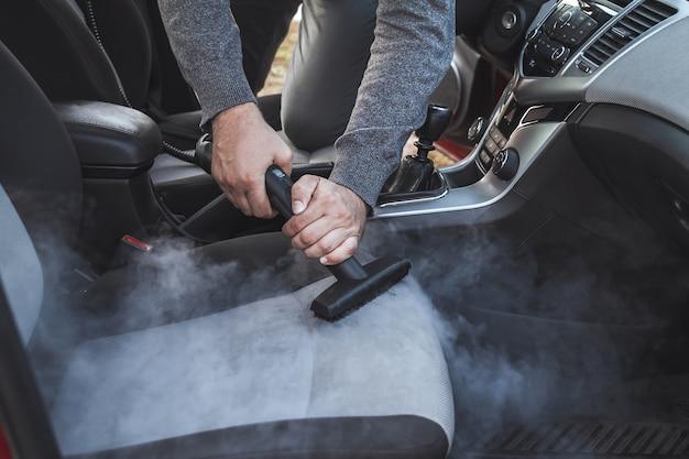 Reiniging en desinfectie door stoom van het interieur van de auto Premium Foto