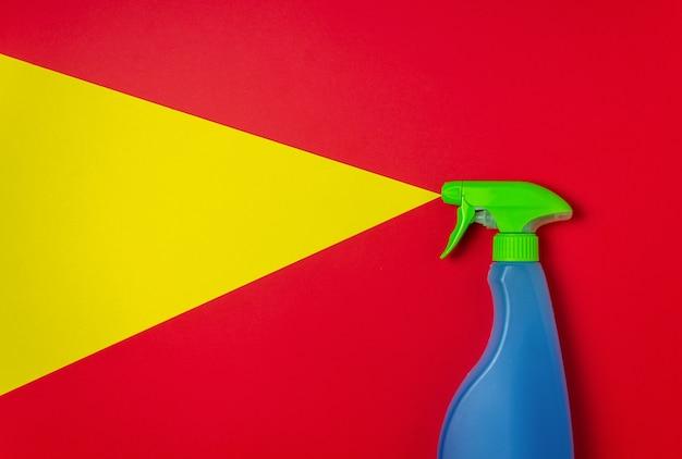 Reinigingsmiddel op een rode gele achtergrond. schoonmaak. minimaal concept. Premium Foto