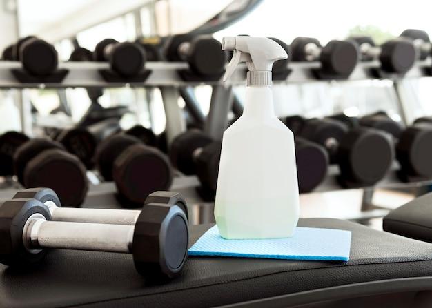 Reinigingsoplossing met gewichten in de sportschool Gratis Foto