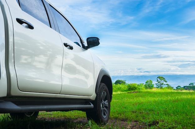 Reis met pick-up auto in de natuur, landelijk tropisch bos in de zomer. Premium Foto