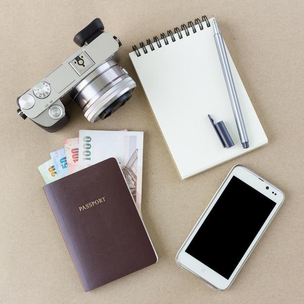 Reisaccessoires met kopie ruimte in bovenaanzicht Premium Foto