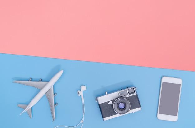 Reisaccessoires objecten en gadgets bovenaanzicht flat lag op blauwe rode achtergrond Premium Foto