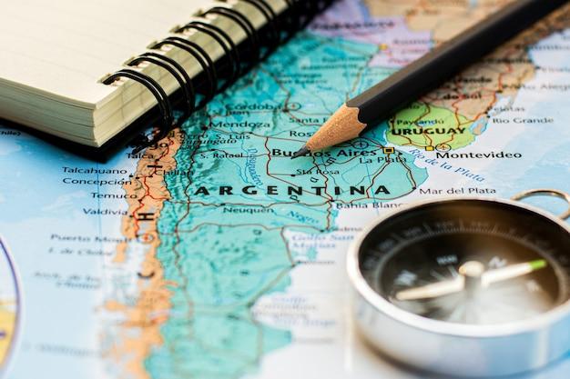 Reisbenodigdheden op de kaart van argentinië. economisch en zakelijk concept. Premium Foto
