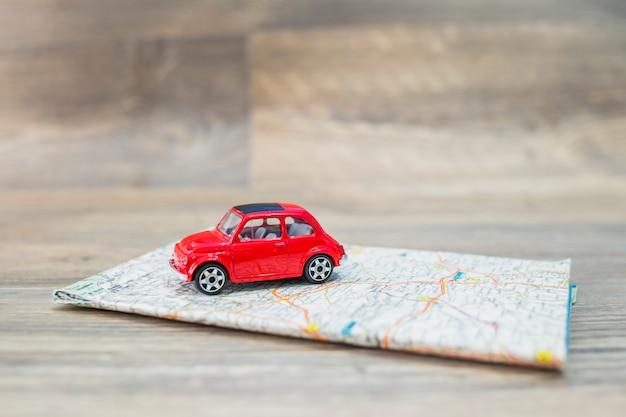 Reisconcept met auto op kaart Gratis Foto