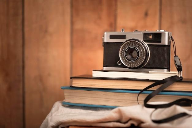 Reisconcept met camera op boeken Gratis Foto