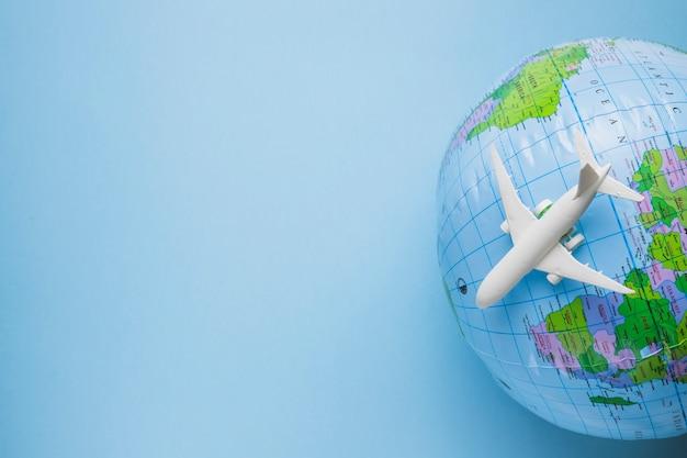 Reisconcept met globe Gratis Foto