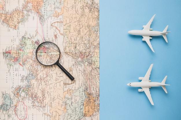 Reisconcept met kaart en vliegtuig Gratis Foto