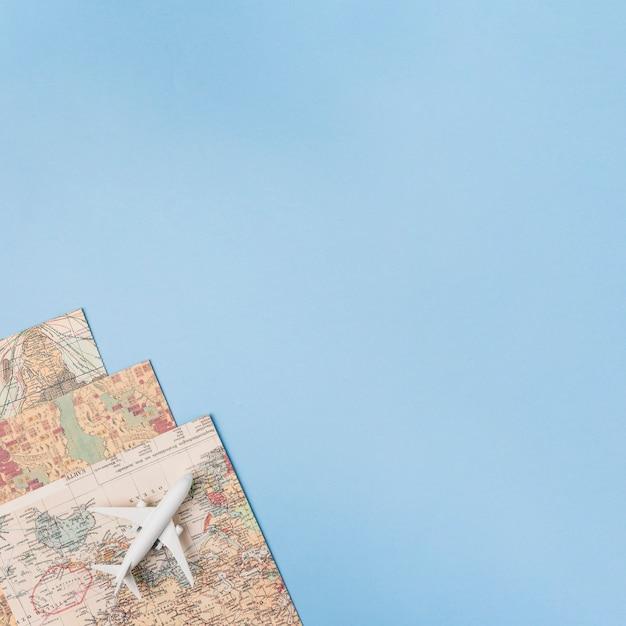 Reisconcept met vliegtuig en kaarten Gratis Foto