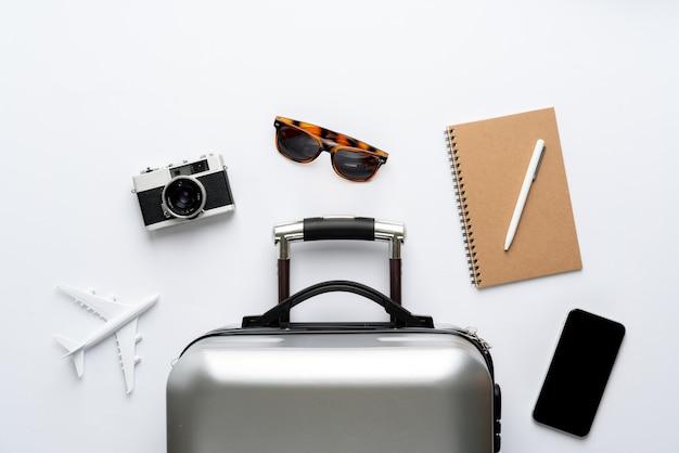 Reisconcept vanuit het bovenaanzicht met bagage en vliegtuig Premium Foto