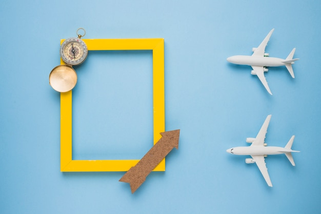 Reisherinneringenconcept met speelgoedvliegtuigen Gratis Foto