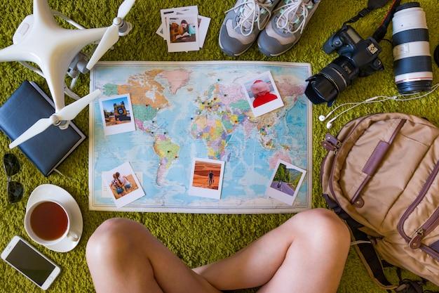 Reisset met camera, drone, rugzak en kaart met fotoherinneringen en plaatsen Premium Foto