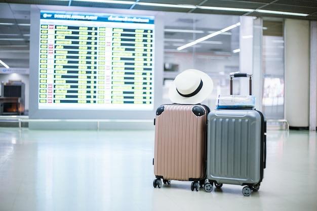 Reistas met achterkant is het tijdschema van de reistijd in de passagiersterminal van de luchthaven. Premium Foto