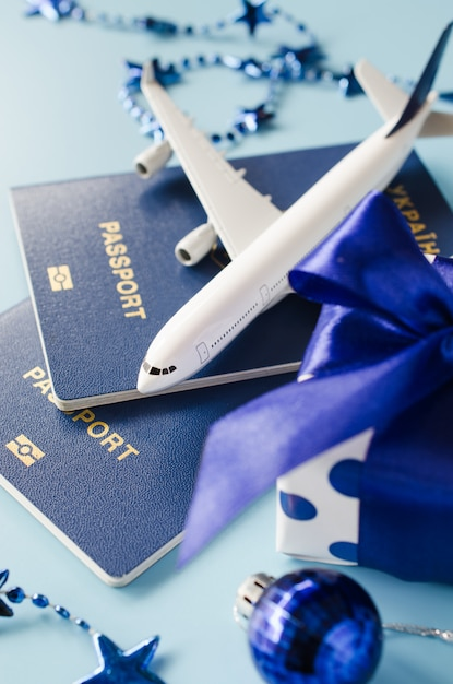 Reizen als cadeau. model van passagiersvliegtuig, paspoorten en geschenkdoos. Premium Foto