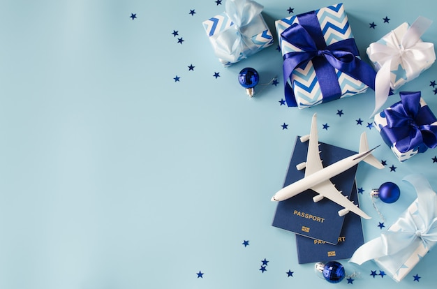 Reizen als cadeau. speelgoedvliegtuig met paspoorten en geschenkdozen. Premium Foto