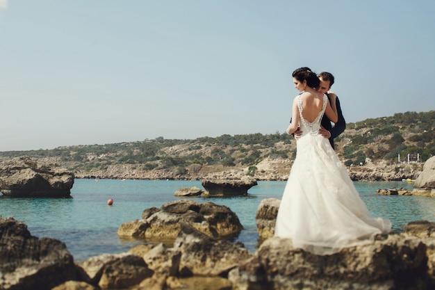 Reizen bruidegom in openlucht bowtie knuffelen Gratis Foto