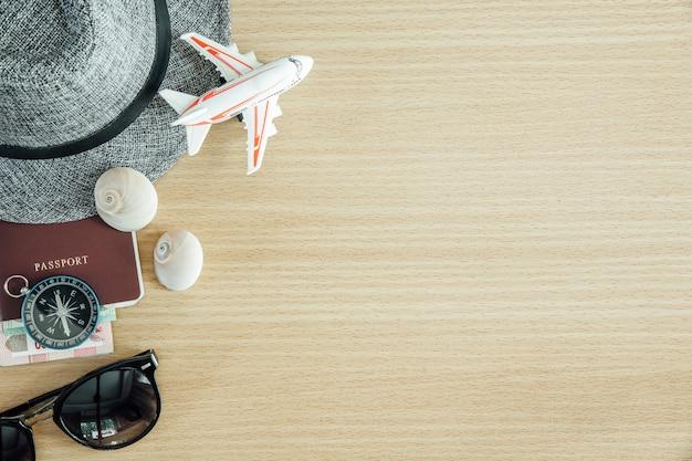 Reizen concept achtergrond. paspoort, kompas en accessoires op houten tafel Premium Foto