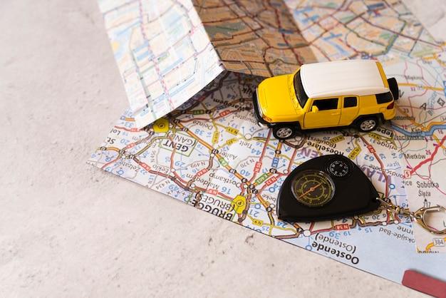 Reizen decor auto op belgische kaart Gratis Foto