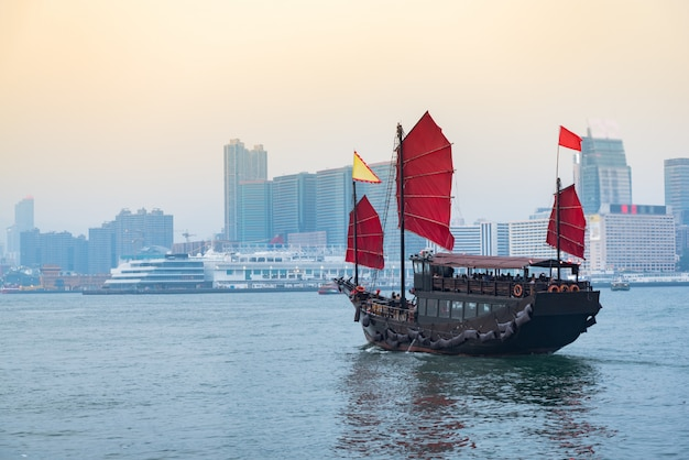 Reizen in hong kong, traditionele houten zeilboot vaart door in victoria. Premium Foto