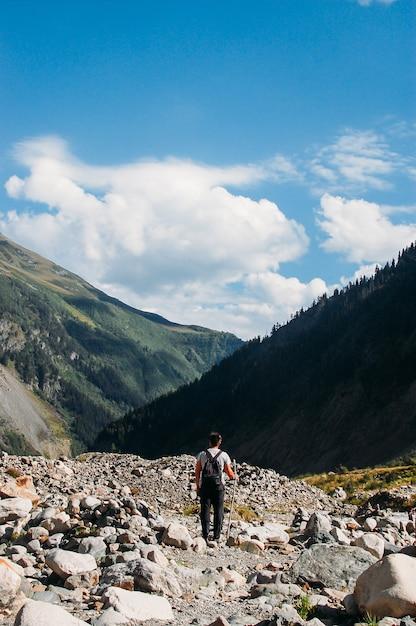 Reizen langs bergen Premium Foto