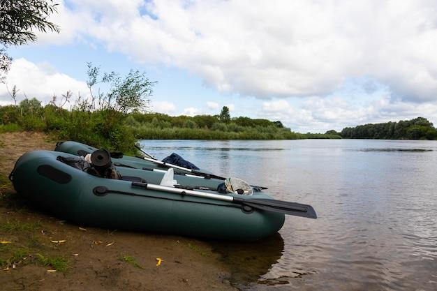 Reizen, raften op een opblaasbare rubberboot op de rivier. actief recreatieconcept. Premium Foto
