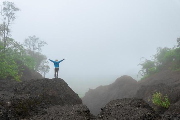 Reizen wandelen langs bos mountain view ochtendnevel in azië. het concept van actief avontuur Premium Foto