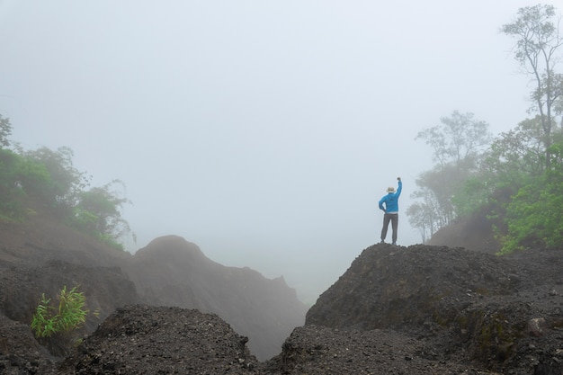 Reizen wandelen langs bos mountain view ochtendnevel in azië. Premium Foto