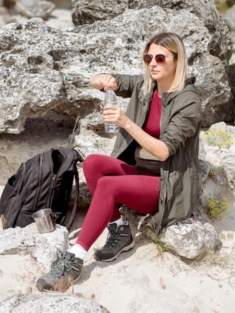Reizend vrouwen drinkwater Gratis Foto