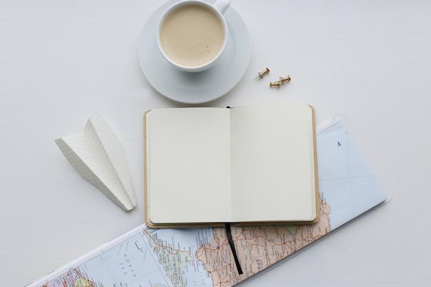 Reizende kaart, dagboek en koffiekopje Gratis Foto