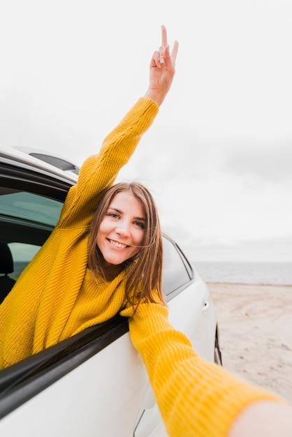 Reizende vrouw die een selfie in auto neemt Gratis Foto