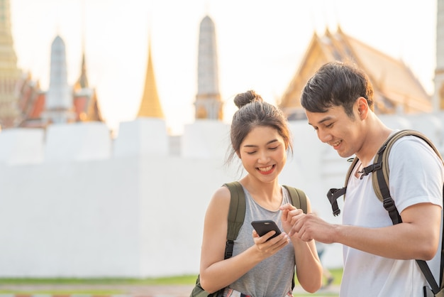 Reiziger aziatische paarrichting op locatiekaart in bangkok, thailand Gratis Foto