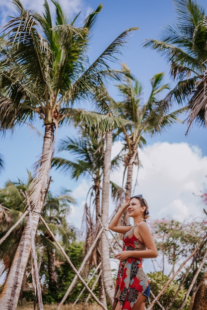 Reiziger blonde mooie vrouw die in zonnebril in wildernis tropisch park lopen. de aard van het reisavontuur in china, toeristen mooie bestemming azië, het concept van de de vakantiereis van de de zomervakantie Premium Foto