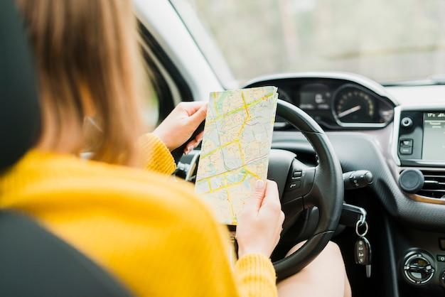 Reiziger die de kaart in auto controleert Gratis Foto