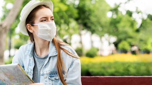 Reiziger die de medische ruimte van het maskerexemplaar dragen Gratis Foto