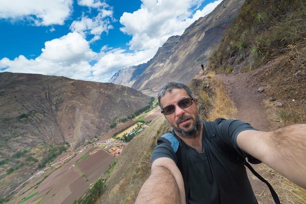Reiziger die selfie in de heilige vallei van inca, peru nemen Premium Foto