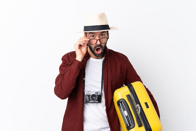 Reiziger man met koffer Premium Foto