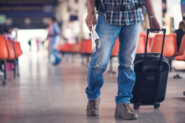 Reiziger met een koffer op het busstation Premium Foto