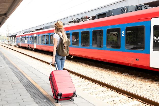 Reiziger op het treinstation van achteren Gratis Foto