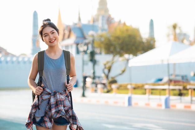 Reizigers aziatische vrouw die en in bangkok, thailand reizen lopen Gratis Foto
