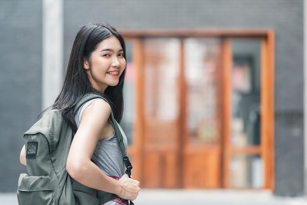 Reizigers aziatische vrouw die en in peking, china reizen lopen Gratis Foto