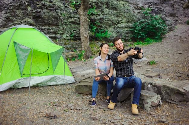 Reizigers genieten van selfie bij de tent in camping holiday summer Premium Foto