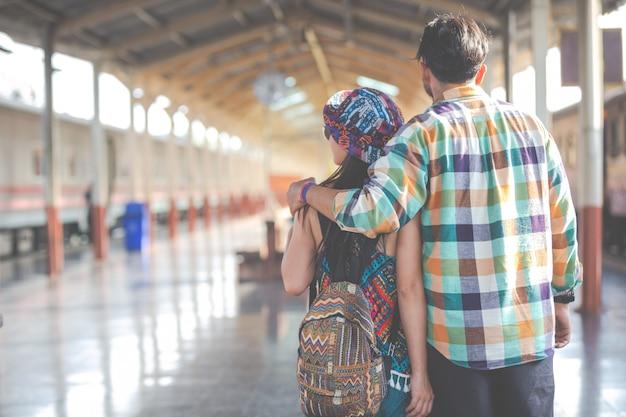 Reizigers houden van elkaar tijdens het reizen. Gratis Foto