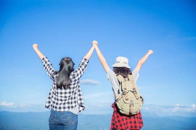 Reizigers, jonge vrouwen, kijk naar de verbazingwekkende bergen en bossen, reislustige reisideeën, Gratis Foto