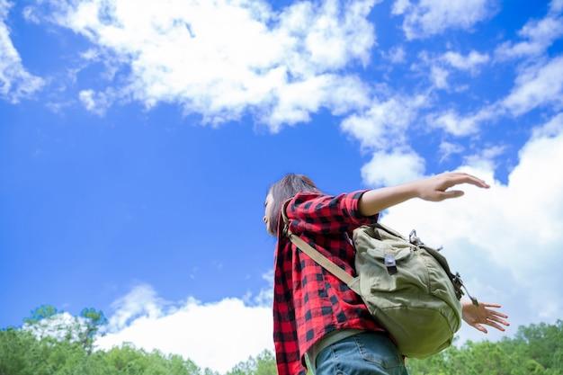 Reizigers, jonge vrouwen, kijken naar de geweldige bergen en bossen, reislustige reisideeën, ruimte voor berichten, geweldige momenten van de atmosfeer. Gratis Foto