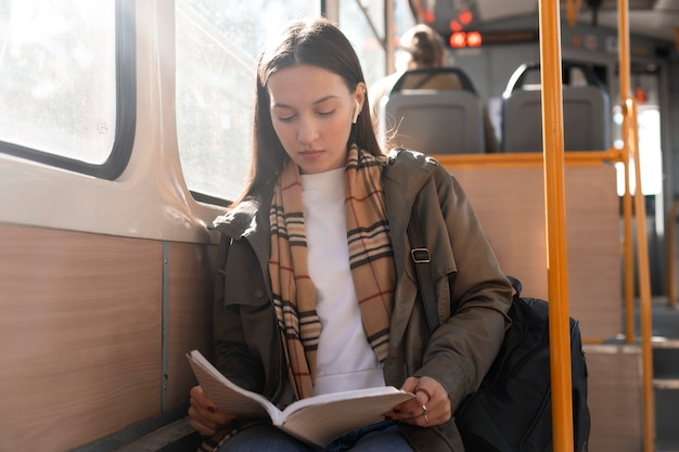 Reizigers lezen en reizen met de tram Gratis Foto
