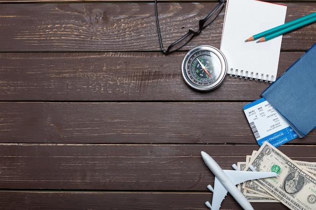 Reizigersobjecten op houten lijst Premium Foto