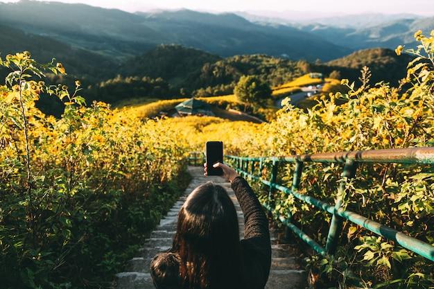 Reizigersvrouw met smartphone Premium Foto