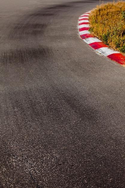 Renbaan met witte en rode rand Gratis Foto